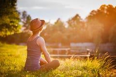 Donna felice libera che gode della natura Immagini Stock Libere da Diritti