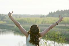Donna felice libera che gode della natura Ragazza di bellezza all'aperto Libertà c Fotografia Stock