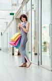 Donna felice matura al centro commerciale Fotografia Stock
