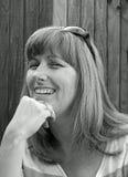 Donna felice monocromatica di posa Immagine Stock