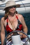 Donna, felice, navigante un yacht Fotografie Stock Libere da Diritti