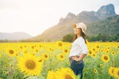 Donna felice nel giacimento del girasole che sorride con la felicità Fotografie Stock Libere da Diritti