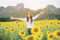 Donna felice nel giacimento del girasole che sorride con la felicità Fotografia Stock