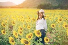 Donna felice nel giacimento del girasole che sorride con la felicità Immagine Stock Libera da Diritti