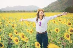 Donna felice nel giacimento del girasole che sorride con la felicità Fotografia Stock Libera da Diritti