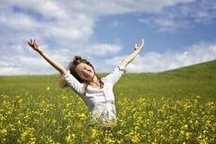 Donna felice nel giacimento del seme di ravizzone Fotografia Stock