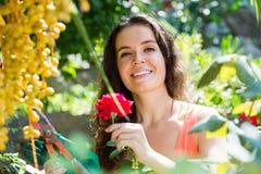 Donna felice nel giardinaggio immagine stock libera da diritti