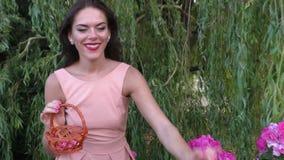 Donna felice nel giardino stock footage