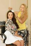 Donna felice nel parrucchiere Fotografia Stock