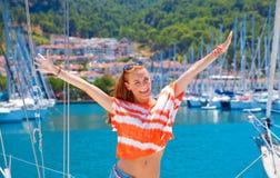 Donna felice nel porto dell'yacht Fotografia Stock