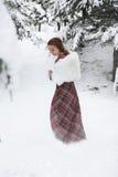 Donna felice nell'inverno con neve Fotografia Stock