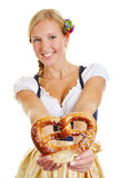 Donna felice nell'offerta del dirndl Immagini Stock
