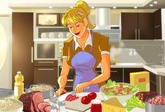 Donna felice nella cucina che prepara cena Immagine Stock Libera da Diritti