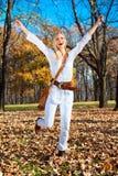 Donna felice nella sosta colorata autunno. Fotografie Stock Libere da Diritti