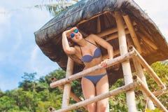 Donna felice nelle vacanze estive alla spiaggia Immagine Stock