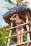 Donna felice nelle vacanze estive alla spiaggia Fotografie Stock Libere da Diritti