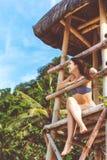 Donna felice nelle vacanze estive alla spiaggia Immagini Stock Libere da Diritti