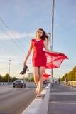 Donna felice a piedi nudi fotografia stock libera da diritti