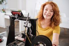 Donna felice positiva che lavora con le tecnologie di stampa 3d Immagini Stock