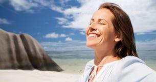 Donna felice sopra la spiaggia tropicale dell'isola delle Seychelles fotografie stock