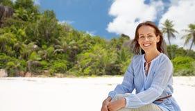 Donna felice sopra la spiaggia tropicale dell'isola delle Seychelles fotografia stock libera da diritti