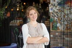 Donna felice sorridente di affari che posa alla sua propria caffetteria immagini stock