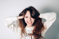 Donna felice sorridente Ragazza divertente su un fondo bianco Emozioni positive sincere immagine stock libera da diritti