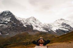Donna felice spensierata che si trova davanti alla montagna fotografie stock libere da diritti