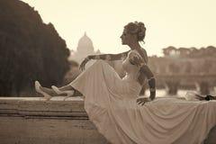 Donna felice Sposa sensuale che si siede sul ponte immagini stock