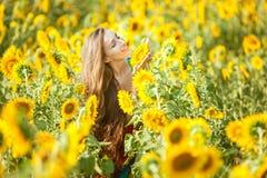 Donna felice su un giacimento di fiore Immagini Stock Libere da Diritti