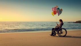 Donna felice sugli impulsi della tenuta della spiaggia archivi video