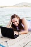 Donna felice sul computer portatile Immagini Stock