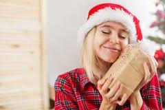 Donna felice sul fondo dell'albero di Natale fotografie stock libere da diritti
