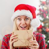 Donna felice sul fondo dell'albero di Natale fotografia stock
