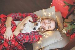 Donna felice sul fondo dell'albero di Natale fotografie stock