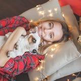 Donna felice sul fondo dell'albero di Natale immagini stock libere da diritti