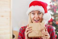 Donna felice sul fondo dell'albero di Natale fotografia stock libera da diritti