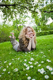 Donna felice sul giacimento di fiore Immagini Stock Libere da Diritti