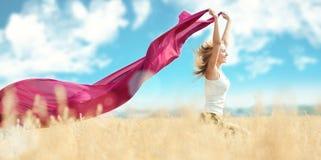 Donna felice sul picnic nel campo di frumento Fotografia Stock