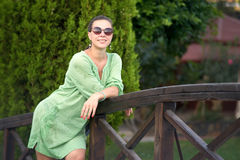 Donna felice sul ponte nel parco fotografia stock libera da diritti