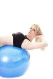 Donna felice sulla sfera blu Fotografie Stock Libere da Diritti