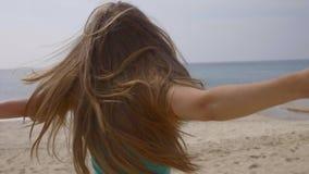 Donna felice sulla spiaggia archivi video