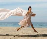Donna felice sulla spiaggia fotografie stock