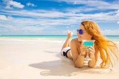 Donna felice sulla spiaggia che gode del tempo soleggiato Fotografie Stock Libere da Diritti