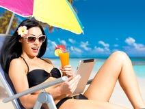 Donna felice sulla spiaggia con ipad immagine stock libera da diritti