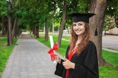 Donna felice sulla sua università di giorno di laurea Istruzione e la gente Immagini Stock