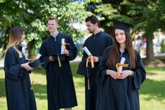 Donna felice sulla sua università di giorno di laurea Istruzione e peop Fotografie Stock