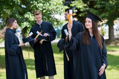 Donna felice sulla sua università di giorno di laurea Istruzione e peop Immagini Stock