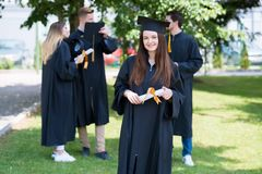 Donna felice sulla sua università di giorno di laurea Istruzione e peop Fotografia Stock Libera da Diritti