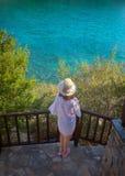 Donna felice sulla vostra vacanza in Grecia immagini stock libere da diritti